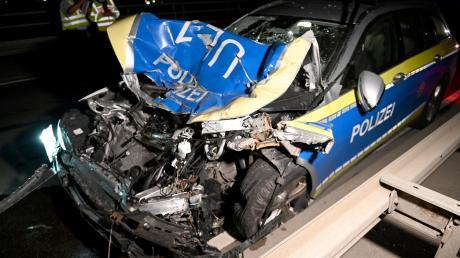 Total demoliert wurde dieser Polizei-Mercedes.