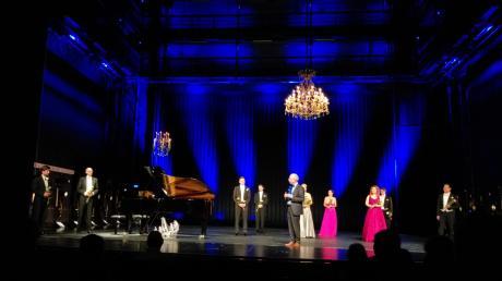 """Der Intendant Kay Metzger (vorne, Mitte) moderierte das Finale des """"Zwischenspiels"""" am Theater Ulm. Es war eine Operngala, die eine Brücke schlug zwischen der allzu kurzen Spielzeit 2019/2020 und den künftigen Höhepunkten, auf die das Theater ab dem Herbst hofft."""