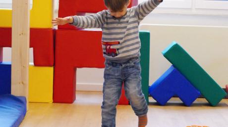 Ein Kind lernt spielerisch seine Motorik und Koordination zu verbessern. Dies ist ein Therapiebereich der interdisziplinären Frühförderung.