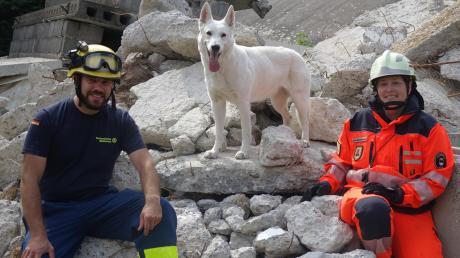 Das Trainingsgelände der Ulmer Rettungshundestaffel am Sandhaken wird aufgemöbelt – davon profitieren Mensch und Tier. Im Bild: Rettungshündin Clover mit Christian Bormacher vom THW und Hundeführerin Amrei Oellermann.