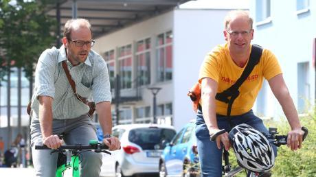 Normalerweise ist Stephan Schwarz (im Bild rechts) nie ohne Helm mit dem Fahrrad unterwegs. Für unser Foto hat er den Schutz abgenommen.