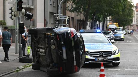 Bei einem Unfall in der Ulmer Oststadt ist ein Auto umgekippt.