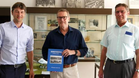 Studierter Historiker (Pfaffenhofens Bürgermeister Sebastian Sparwasser, li.) und Hobby-Historiker unter sich: Hubert (Mitte) und Johann Rüggenmann bei der Buchvorstellung.