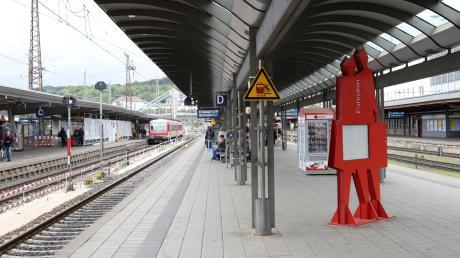 Am Ulmer Hauptbahnhof ist ein junger Mann ausgerastet und hat schließlich Polizisten beleidigt, bedroht und angegriffen.