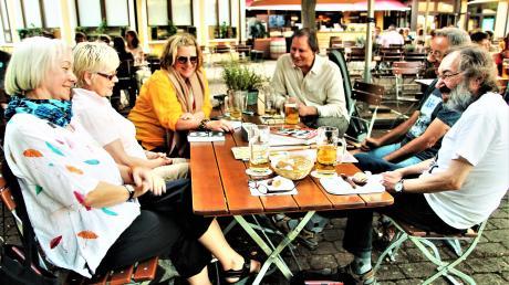 Der Beatles-Stammtisch mit seinen derzeitigen Mitgliedern in Pauls Biergarten in Neu-Ulm: (von links) Brigitte Haug, Gudrun Sander, Karin Probst, Peter Anthony Siegel, Klaus Sander und Michael Haug.