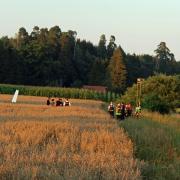 Ein Segelflugzeug ist nach einer Kollision nahe Emershofen in ein Feld abgestürzt. Der 52-jährige Pilot stirbt noch an der Unfallstelle. Im Einsatz waren mehrere Feuerwehren, Polizei, Rettungsdienst und Technisches Hilfswerk.