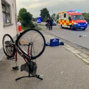 Ein 48-jähriger Radfahrer starb am Freitagabend nach einem Zusammenstoß mit einem Wohnmobil auf der Staatsstraße 2021 kurz vor der Illerbrücke in Neu-Ulm.