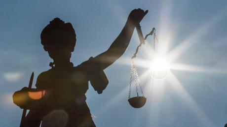 Ihr einziger Hoffnungsschimmer ist die Justiz, glaubt eine Frau aus dem Landkreis. Sie will weiterhin wegen Erwerbsunfähigkeit Rente beziehen, doch eine Gutachterin hält sie für eine Simulantin. Ein Gericht muss entscheiden.