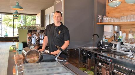 """Eis, Kaffee und Kuchen in prominenter Lage: Tomas Cais betreibt das neue Café """"Dida-Eismanufaktur"""" an der Ecke Kemptener Straße/Hauptstraße in Senden."""