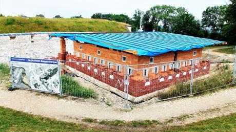 Der Förderkreis Bundesfestung Ulm baut das westlich vom Fort Oberer Kuhberg gelegene Blockhaus wieder auf.