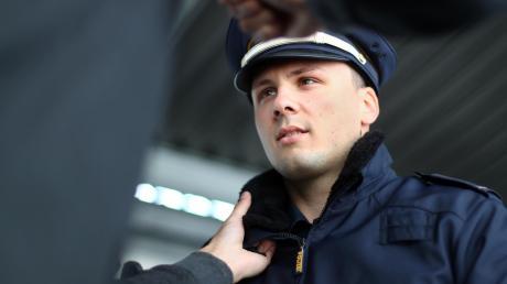Ein 27-Jähriger hat in Wullenstetten drei Polizisten beleidigt und verletzt.