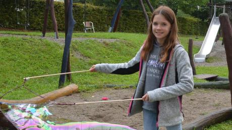 Teilnehmerin Gloria beim Seifenblasenmachen.