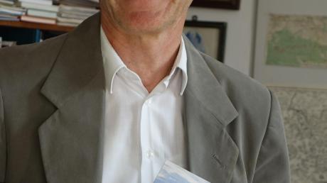 Pfarrer Thomas Pfundner mit seinem Buch.
