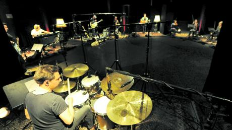 """Auch der Profischlagzeuger Christoph Scherer hat sich an den """"Lockdown Sessions"""" beteiligt. Dutzende Musiker, Sänger und Techniker haben sich im Frühjahr zum Allstarprojekt im Ulmer Roxy getroffen."""