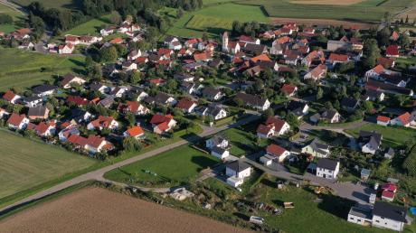 Etwa 370 Einwohner hat der Pfaffenhofer Ortsteil Biberberg. Die Straße trennt den alten Teil des Dorfes vom etwas neueren Wohngebiet – doch wirklich spürbar ist diese Grenze nicht.