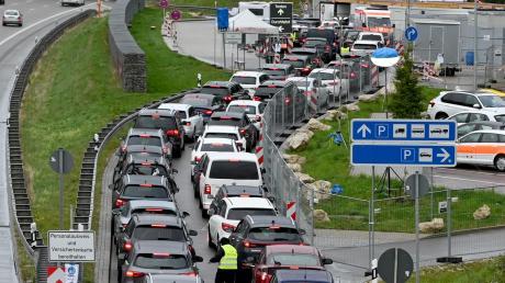 Stau an der Teststation am Parkplatz Kemmental: Viele wollten sich am Wochenende auf Covid-19 testen lassen.