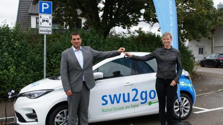 Bei einer symbolischen Schlüsselübergabe übergab der SWU-Geschäftsführer Klaus Eder die Fahrzeugschlüssel an OB Katrin Albsteiger.