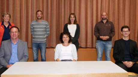 Sie leiten den TSV Holzheim (von links): die Vorstandsvorsitzenden Herbert Hiller, Barbara Zurblihn und Michael Kraus, hinten Kassiererin Hildegard Wunder, Beisitzer Ralph Mayer, Jeannette Mühlbacher und Moritz Burger.