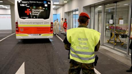 Nach einer langen Reise von Kiew kommen hier die verletzten Ukrainer im Ulmer Bundeswehrkrankenhaus an.