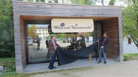 Um Wald und Klimawandel dreht sich die aktuelle Ausstellung im Pavillon beim Kloster Roggenburg. Forstdirektor Axel Heiß (links) und Bürgermeister Mathias Stölzle eröffnen sie gemeinsam.