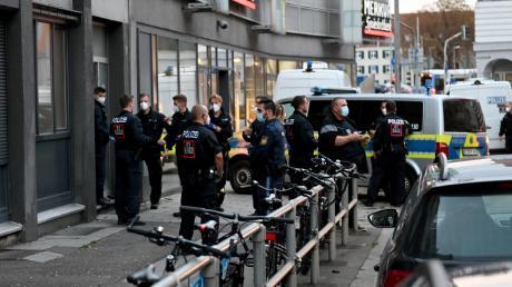 Die Polizei hat am Freitag eine große Razzia in Neu-Ulm durchgeführt. Am auffälligsten zeigte sich der Einsatz rund um die Asylbewerberunterkunft an der Reuttier Straße. Bei den Durchsuchungen wurden Drogen und vermutlich gestohlenen Fahrräder beschlagnahmt.