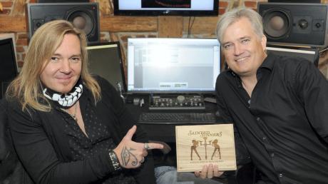 """Gitarrist Frank Pané (links) und Matt Bischoff von El Puerto Records kamen nach Paffenhofen, um das neue Album von Sainted Sinners, """"Unlocked & Reloaded"""" vorzustellen."""
