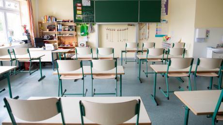 In Rennertshofen werden bald Schulmöbel verkauft.