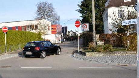 """Neben das """"Einfahrt verboten""""-Schild wird ein zusätzliches für Radfahrer angebracht. Denn die dürfen den Weg im Gegensatz zu Autos weiterhin nutzen."""