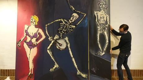 """""""Das Altern zum Tode"""" heißt das Werk, das den Betrachter unmittelbar mit der Vergänglichkeit konfrontiert. Bertram Bartl, der seit 1985 in Ulm lebt, stellt seine Werke zum Totentanz in Thalfingen aus."""