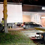 Ein Lastwagen ist in der Drive-in-Spur eines Schnellrestaurants in Dornstadt hängen geblieben.