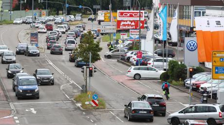 Der Autoverkehr auf der Memminger Straße in Neu-Ulm nimmt tendenziell weiter zu. Um für Entlastung zu sorgen, will die Stadt den Öffentlichen Personennahverkehr (ÖPNV) auf der wichtigen Südachse stärken.