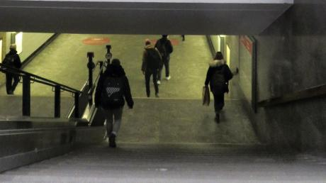Eine der Engstellen am Ulmer Hauptbahnhof: Die dunkle, schmale und niedrige Unterführung.
