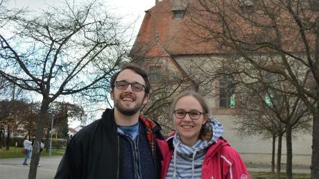 Die Gemeindereferenten Alexander und Christina Schwarz vor der Auferstehungskirche Senden.