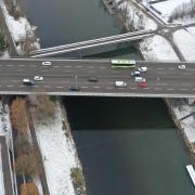 Auf der Adenauerbrücke über die Donau werden ab nächster Woche die Fahrspuren geändert. Wegen der Markierungsarbeiten müssen sich Autofahrer auf Verkehrsbehinderungen einstellen.