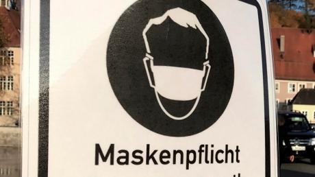 Masken muss man auch noch tragen, wenn die Inzidenz im Landkreis Neu-Ulm unter 50 liegt.