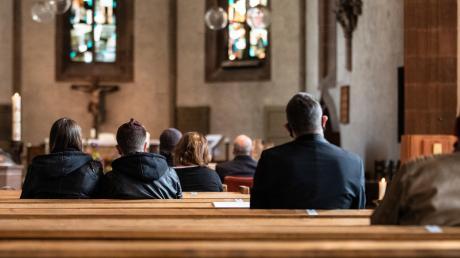 Wegen der Ausgangssperre, die auch für den Heiligen Abend gilt, mussten die Pfarreien in Neu-Ulm den Heiligen Abend umplanen: Die Christmetten wurden vorverlegt, manche entfallen ganz. Einige Gemeinden übertragen den Gottesdienst auch im Internet.