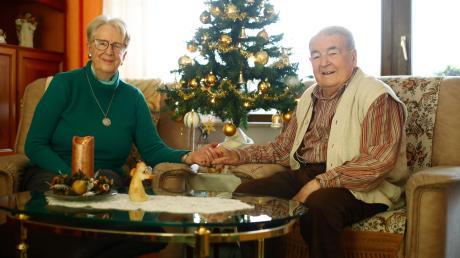 Maria Anneliese Leppe und Karl-Heinz Maisak haben sich im Seniorenheim in Ludwigsfeld zwar nicht gesucht, aber gefunden. Ihr gemeinsamer Bund hilft ihnen durch die Corona-Krise. Sie freuen sich, dass sie an Heilig Abend ihre Familie sehen können.