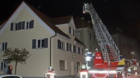 Im ersten Stockwerk dieses Wohn- und Geschäftshauses in der Weißenhorner Innenstadt ist am frühen Samstagabend ein Feuer ausgebrochen.
