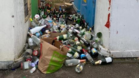 So sah es am Sonntag nach den Feiertagen auf dem Containerstellplatz bei der Von-Hünefeld-Straße in Pfaffenhofen aus.