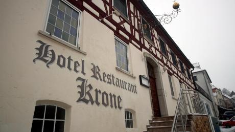 Ein Denkmal: Die Krone ist ein zweigeschossiges Gebäude mit Krüppelwalmdach, gemauertem Unter- und Erdgeschoss, Ober- und im Osten vorkragendes Giebelgeschoss in Fachwerk. Im Kern 16./17. Jahrhundert, benennt es der Denkmalschutz.