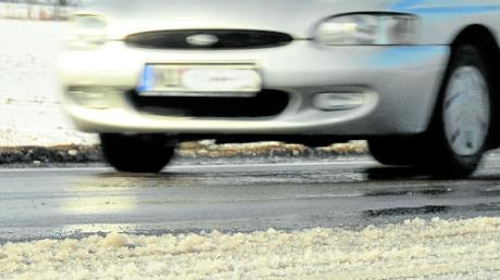 Winterliche Straßenverhältnisse haben einen Autofahrer bei Dietenheim ins Schleudern gebracht.