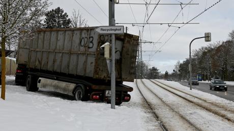 Ein Laster blockierte am Montagmorgen die Straßenbahn.