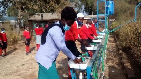 An der Academy Munyu in Kenia wurden im Freien zehn Waschbecken mit Fußpedal installiert.