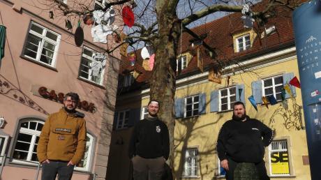 Dominik Luppold, Zunftmeister Florian Kull vom Eschagore und Max Schöffer von den Schelmenschindern polieren die Weißenhorner Innenstadt für die Fasnacht auf.