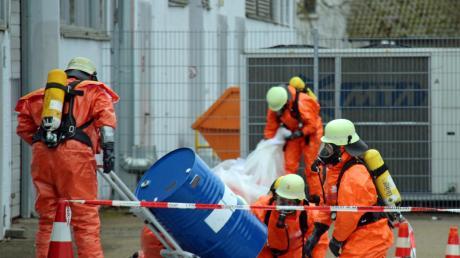 Bei einem Gefahrgut-Einsatz in Senden untersuchen Feuerwehrleute ein Fass, aus dem ein entzündlicher Stoff austrat.
