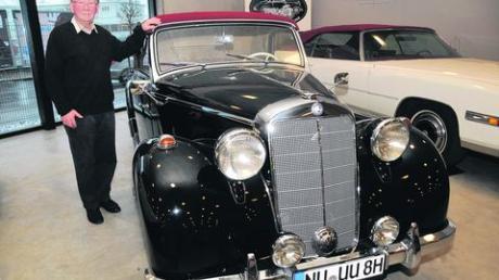 Dr. Peter Conrady aus Nersingen mit seinem Mercedes 170 Cabriolet. Die Liebe zum Auto begann bei dem Zahnarzt schon sehr früh - allerdings noch mit einem schlichten VW-Käfer. Foto: Ruf