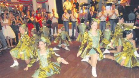 Flotte Tänze, schöne Mädchen, stramme Burschen und viele Tänzer – beim Burschenball in Schönesberg ging es zünftig zu und hoch her.