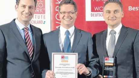 """Die Geschäftsführer der Trenkwalder Personaldienste Darko Lalos, Michael Wieneke und Goran Lalos (von links) mit der Auszeichnung """"Deutschlands Beste Arbeitgeber 2011""""."""