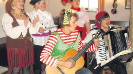 Lieder mit bekannten Melodien, aber neuen Texten wurden von Monika Paula und Sieglinde Kugler mit Gitarre und Akkordeon begleitet.
