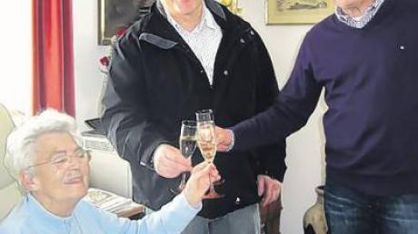 Ralf Wittmann und Otto Plath gratulierten der Jubilarin Inge Diermayer (von rechts).